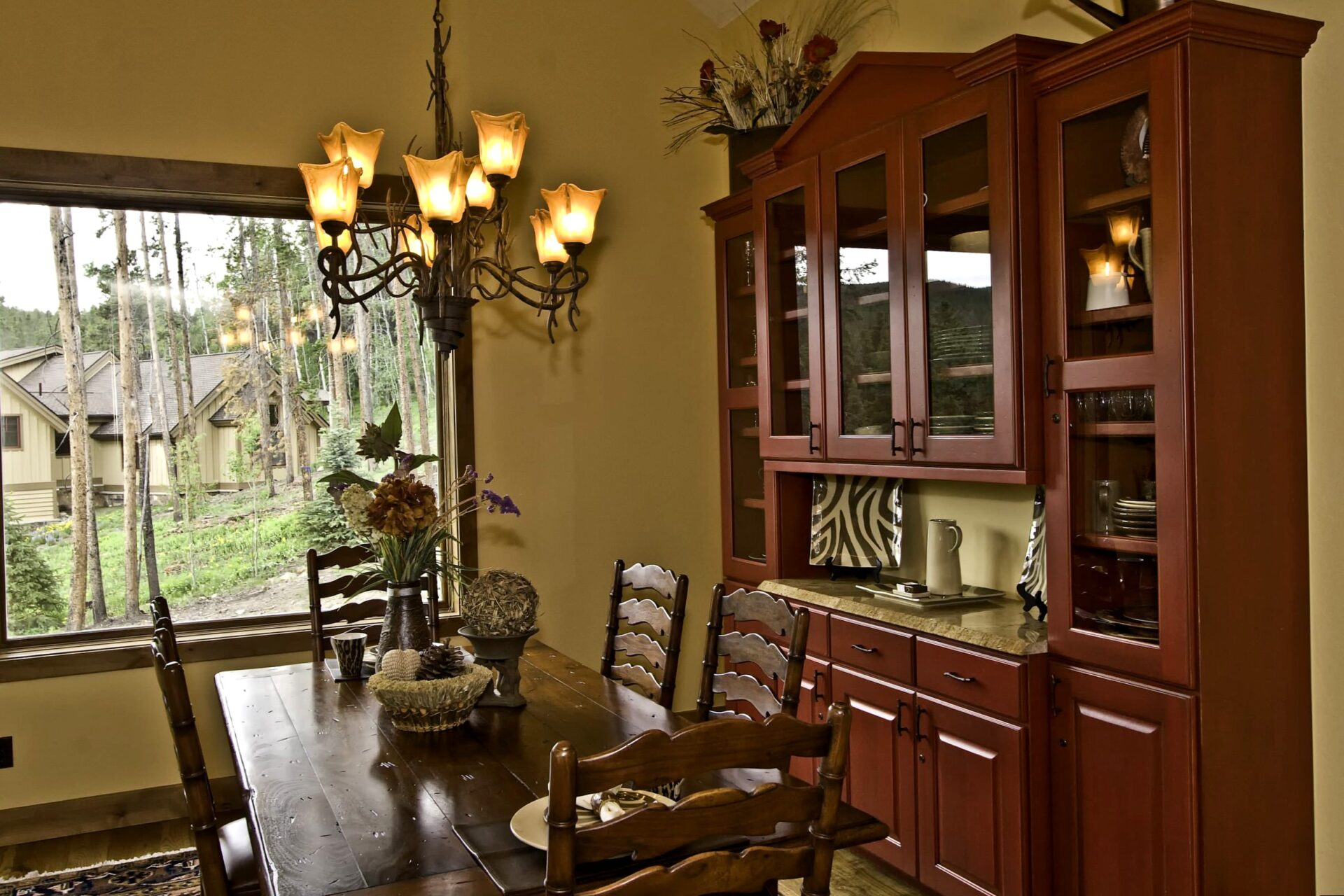 Dining Room Hutch: Decorating Your Dining Room